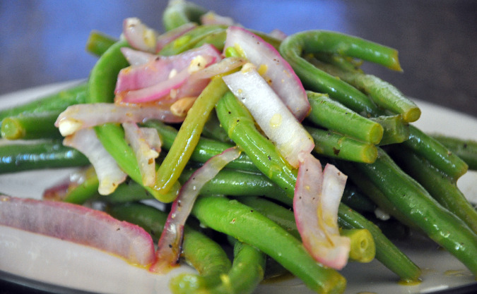 Green bean salad with grilled red onions